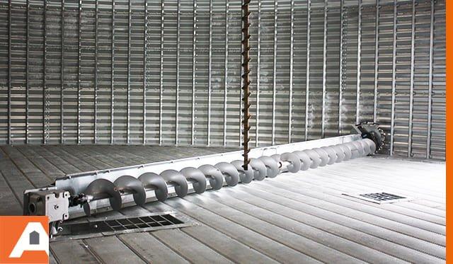 vis racleuse sur plancher perforé dans silo à grain