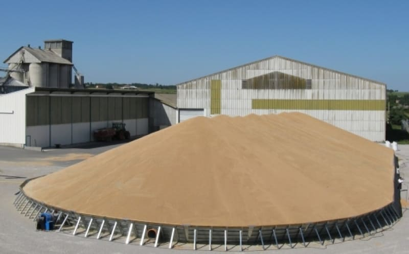 stockage temporaire extérieur avec gros tas de grains