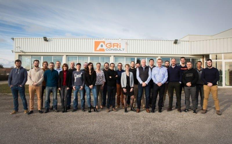 photo de groupe équipe agriconsult devant les bâtiments de la société