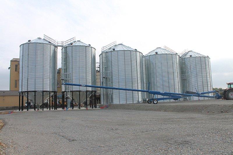 3 cellules à céréales a fond plat deux silos à grain a fond conique et une vis sur chariot
