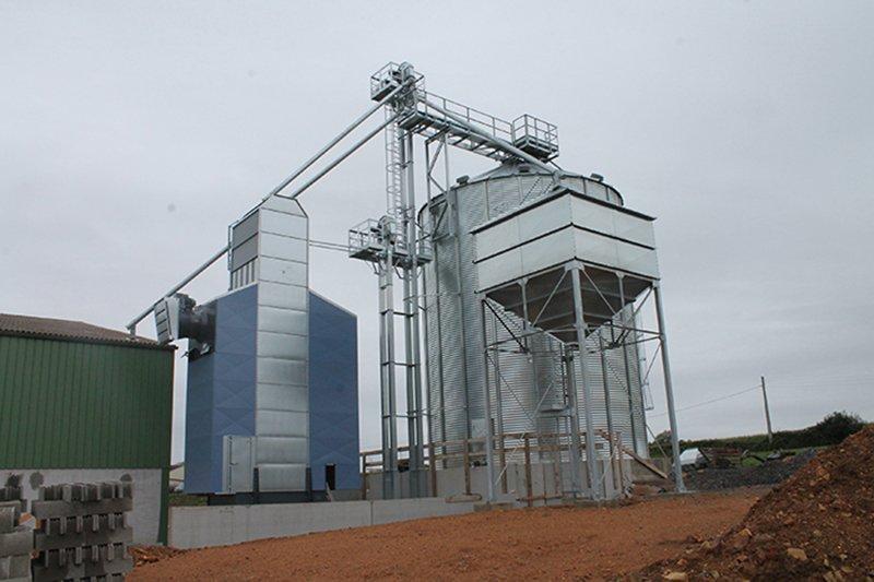 séchoir à céréales avec silo à grain et boisseau