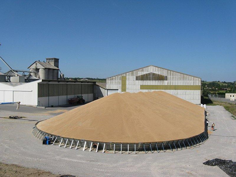stockage temporaire extérieur rempli de grain