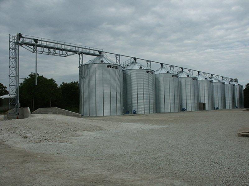ligne de 8 silos à grain a fond plat avec grain loop