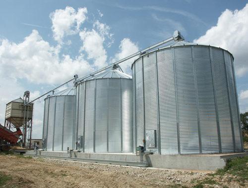 trois silos a grain fond plat avec un boisseau et un convoyeur à chaine de reprise