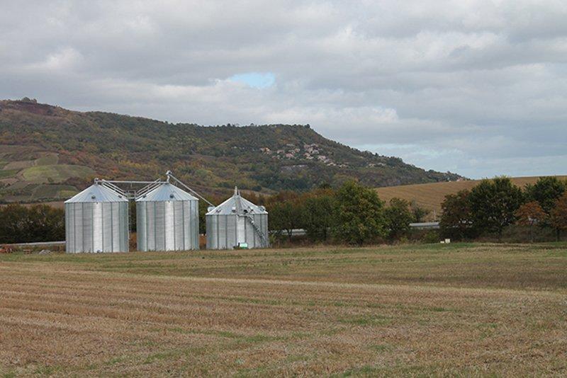 deux silos fond plat et une cellule sécheuse dans paysage