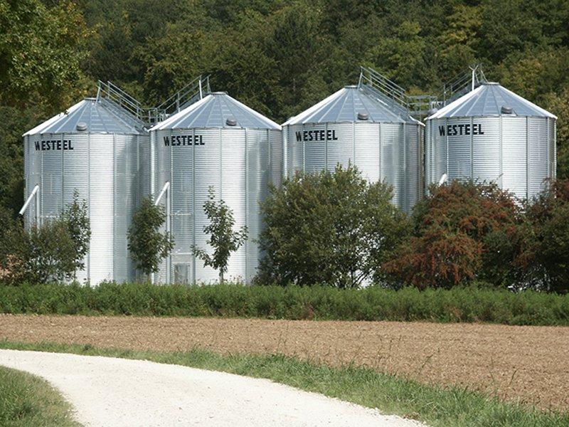 4 silos à fond plat avec système de reprise verticales entourés d'arbre