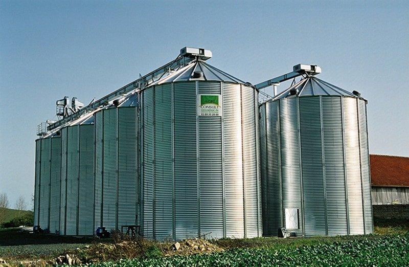 deux rangées de silos fond plat agriconsult avec convoyeurs à chaine