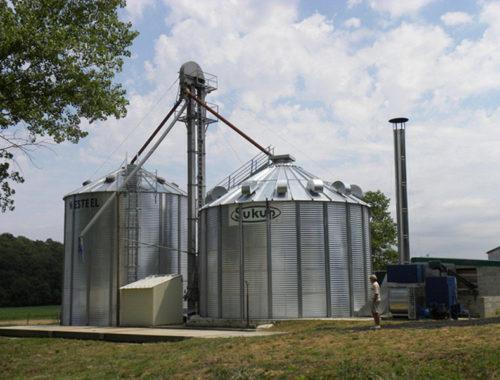 une cellule sécheuse avec chaudière biomasse et un silo fond plat avec élévateur à godets