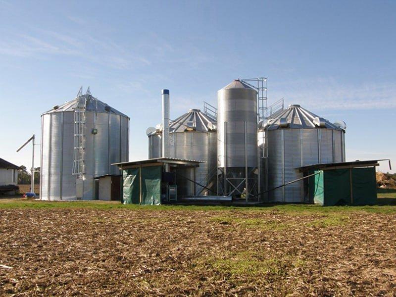 deux cellules sécheuses avec chaudière biomasse et un silo à grain fond plat