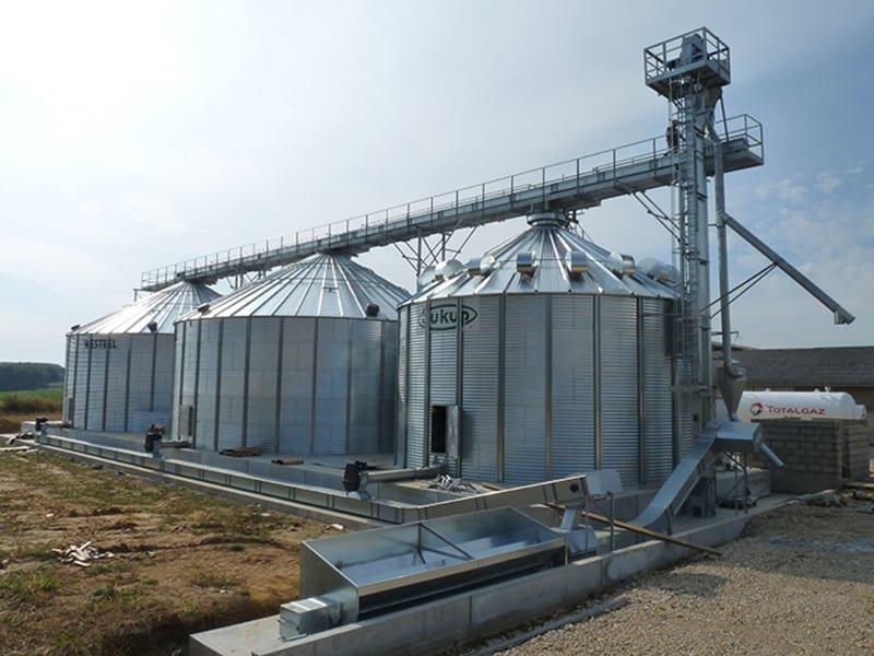 convoyeurs à chaine pour reprise de grain avec deux silos et une cellule sécheuse