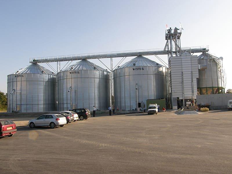 trois silos à grains avec un silo fond conique, un séchoir à céréales et manutention fixe