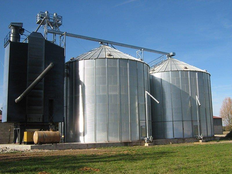 un séchoir à maïs à colonne et deux silos fond plat avec reprise verticale