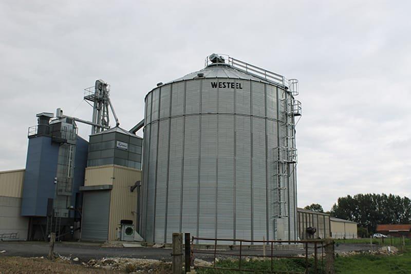 une cellule à grain avec un séchoir à maïs