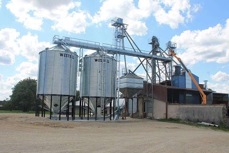 deux silos fond conique avec un petit boisseay convoyeur à chaine supérieur et inférieur et un séhoir à maïs