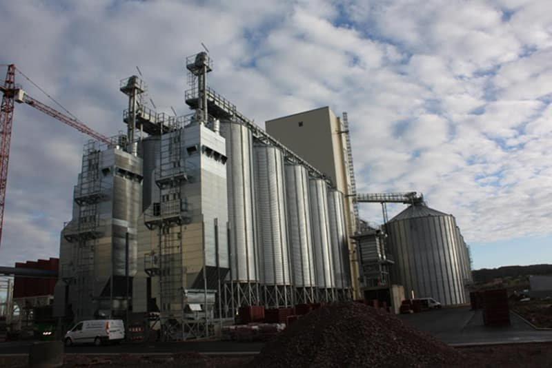 deux séchoirs à colonne en bout de ligne de 5 silos à grains à fond conique