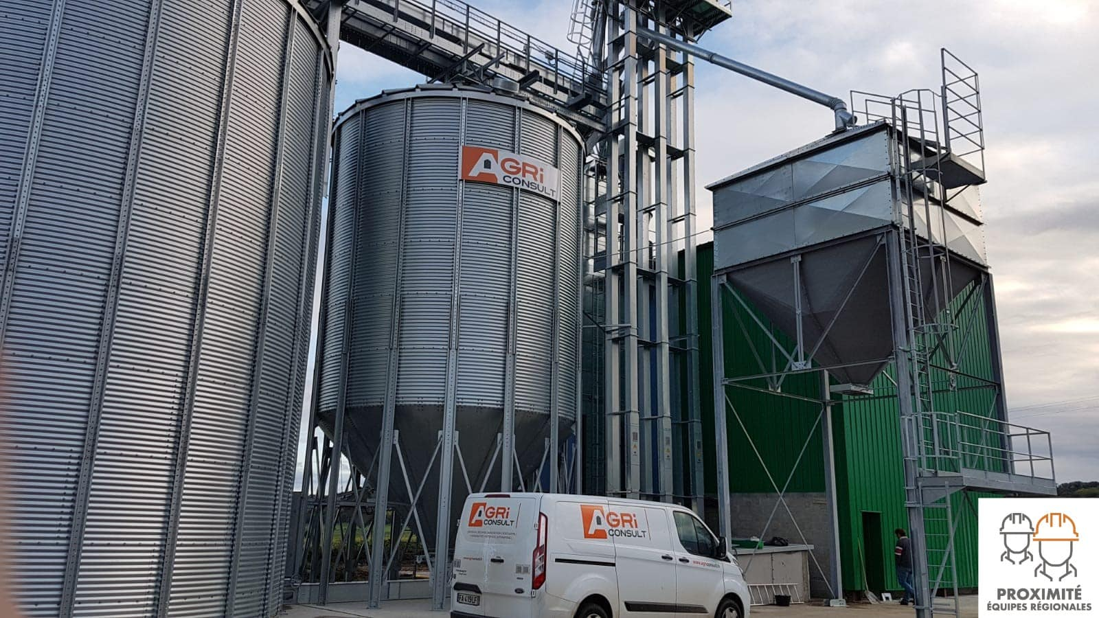 camion sav agriconsult garé devant un silo à grain fond conique des élévateurs et un boisseau installation cereales bio