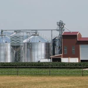 deux silos fond plat avec un boisseau et un bâtiment abritant un séchoir à maïs