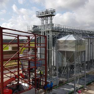 installation de silos de stockage avec structure et nettoyeur à grain