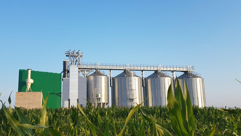 ligne de silo avec séchoir à maïs et passerelle