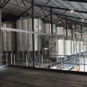 trois ligne de silos à fond conique sous un bâtiment