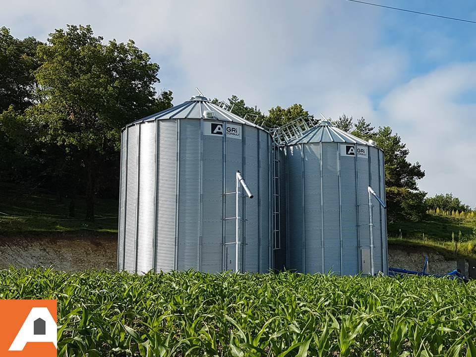 deux silos a céréales agriconsult dans champs