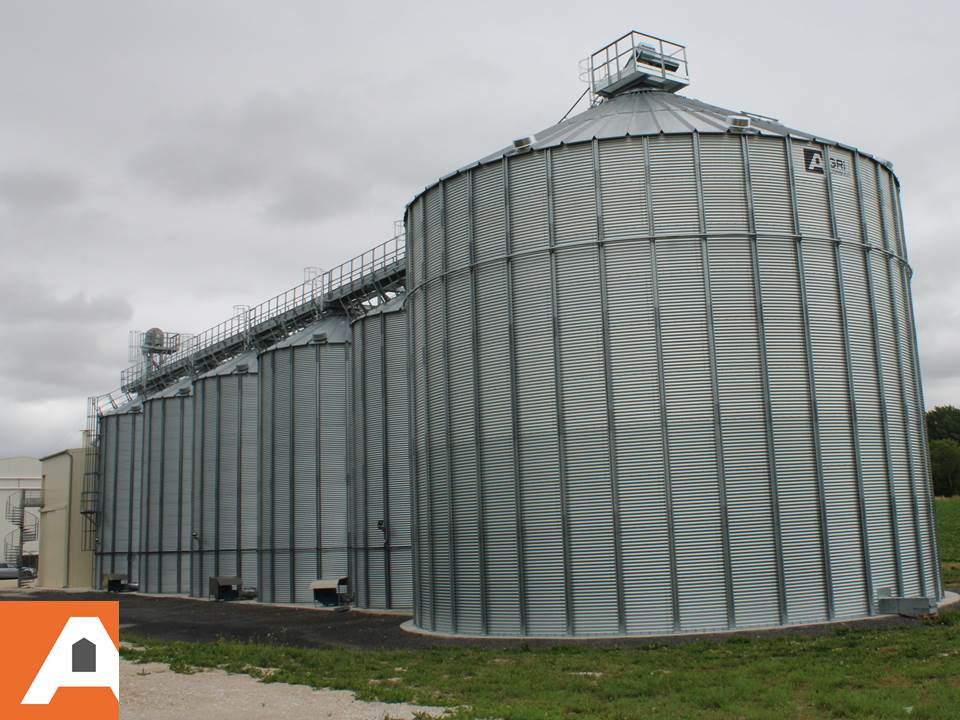 silos à grain en gros plan et rangée derrière Agriconsult