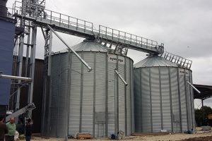 deux silos à fond plat avec séchoir à maïs et élévateur à godets