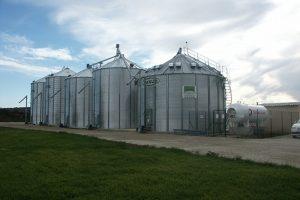 4 silos a grains et une cellule sécheuse avec reprises verticales